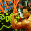 Bodybuilder gegen graffiti — Stockfoto