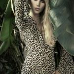 tropikal bir ortamda kadın modeli — Stok fotoğraf