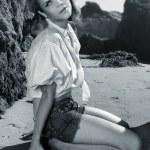 model üzerinde kayalık plaj — Stok fotoğraf