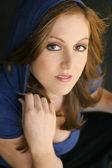 Jeune mannequin femme à capuche bleu — Photo