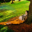 Pregnant woman against tree - Foto Stock