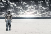 Bodybuilder on Beach — Stockfoto