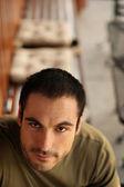 Portret przystojny mężczyzna w kawiarni na świeżym powietrzu — Zdjęcie stockowe