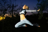 женщина, прыжки через воздух — Стоковое фото
