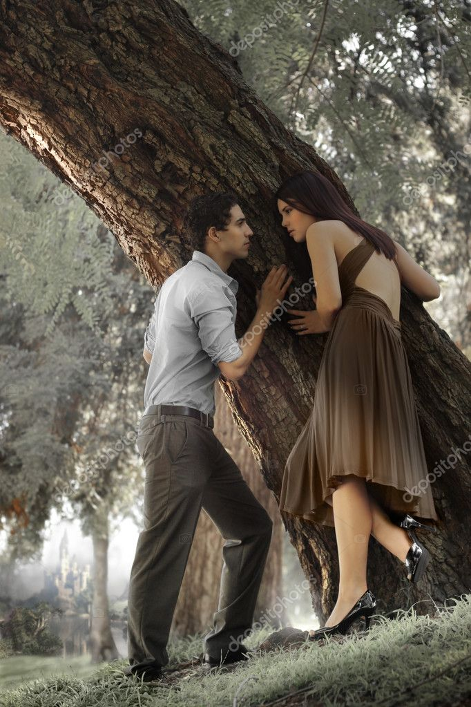 Portrait of young man and woman against tree — Stock Photo #8499671