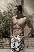 屋外で泳ぐ t 美しい筋肉ウェット男性モデルの様式化された肖像画 — ストック写真