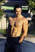 Mężczyzna fitness model na zewnątrz — Zdjęcie stockowe