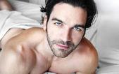 ベッドで一人でリラックスした男 — ストック写真