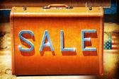 Verkauf zeichen auf einem vintage koffer — Stockfoto