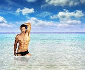 Sexy man in oceaan — Stockfoto
