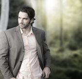 Man in pak buiten — Stockfoto