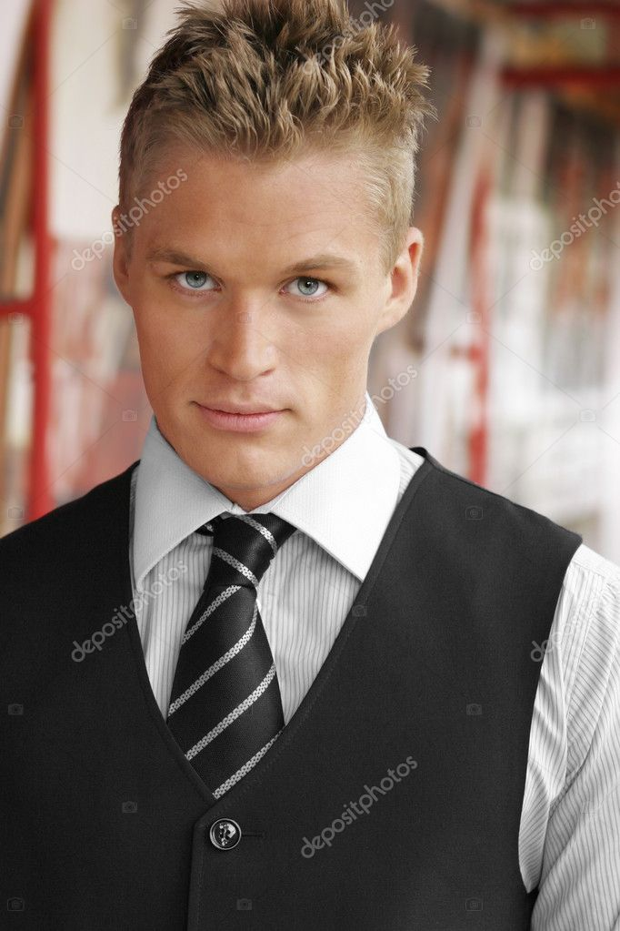 Portrait of an elegant good looking young businessman outdoors — Stock Photo #9572118
