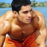 jonge kerel op strand — Stockfoto