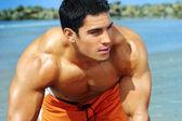 Hombre joven en la playa — Foto de Stock