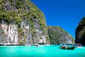 Motorový člun a dlouhý ocas čluny v zálivu ostrova phi phi, krabi, th — Stock fotografie