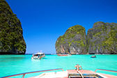Speed boats and long tail boats in Phi Phi Island Maya Bay, Krab — Stock Photo