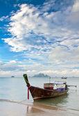 Paisaje marino con isla exótica y bote de cola larga en tailandia — Foto de Stock