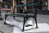 Statue under the bench — Foto Stock