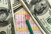 Soldi e un biglietto della lotteria con un p — Foto Stock
