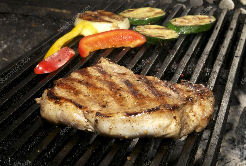 Excellent cooking steak with grilled vegetables — Stock Photo #9422731