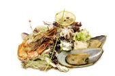 Salat mit garnelen und muscheln — Stockfoto