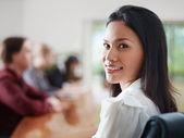 Biznesmeni mówią w sali konferencyjnej i kobieta uśmiechając się — Zdjęcie stockowe