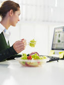 Businesswoman eating salad — Stok fotoğraf