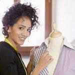 mujer que trabaja en el estudio de diseño de moda — Foto de Stock