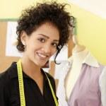 mujer que trabaja con dibujos en estudio de diseño de moda — Foto de Stock