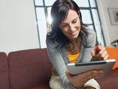 Donna con tablet pc — Foto Stock