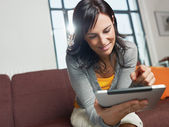 Woman using tablet pc — Stockfoto