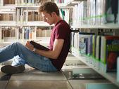 Guy studovat v knihovně — Stock fotografie