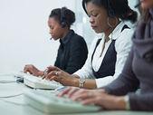Mulheres trabalhando em call center — Foto Stock