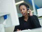 在呼叫中心工作的女人 — 图库照片