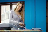 Ev işleri yaparak demir kadın — Stok fotoğraf