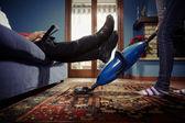 Erkek kadının evde ev işleri yaparak rahatlatıcı — Stok fotoğraf