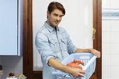 Adam ev işleri yaparak ve giysi yıkama — Stok fotoğraf