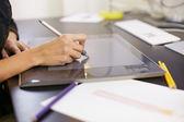 женщина, рисование эскизов на компьютере в моде дизайн студии — Стоковое фото