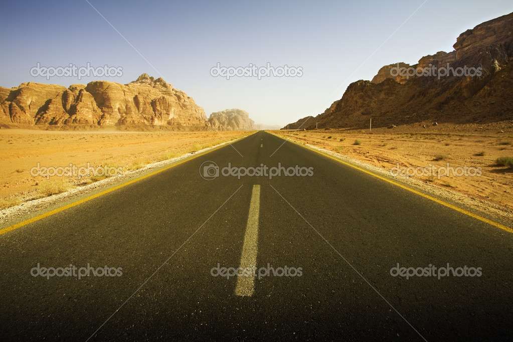 Roadway in the wadi rum desert, jordan — Stock Photo #9306866