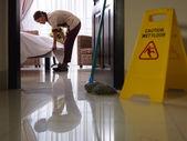 Criada en el trabajo y limpieza en la habitación de hotel de lujo — Foto de Stock