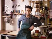 счастливый итальянский ремесленника на работе, улыбаясь в мастерской гитара — Стоковое фото