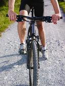 Dağ bisikleti üzerinde eğitim genç adam — Stok fotoğraf