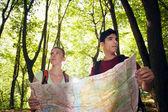 Mladý pár při pohledu na mapu během treku — Stock fotografie