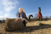 Blonde model met paarden — Stockfoto