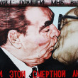 Постер, плакат: Brezhnev and Honecker Berlin Wall