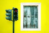 Fönster och trafikljus — Stockfoto