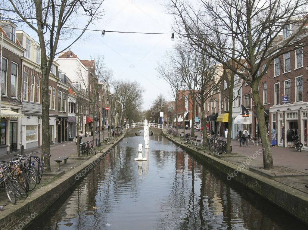 THE NETHERLANDS-CIRCA APRIL 2010: Canal in the medieval entre of the birthplace of Vermeer, the  town of Delft, circa april 2010 — Stock Photo #10226798