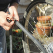 Fixing flat bike tire — Stockfoto