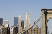 Workers on Brooklyn Bridge in Manhattan — Stock Photo