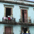 Laundry hanging from old houses in Cuba - Stockfoto